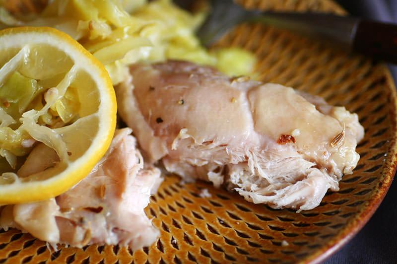 鶏のコンフィとキャベツのレモンスパイス蒸し