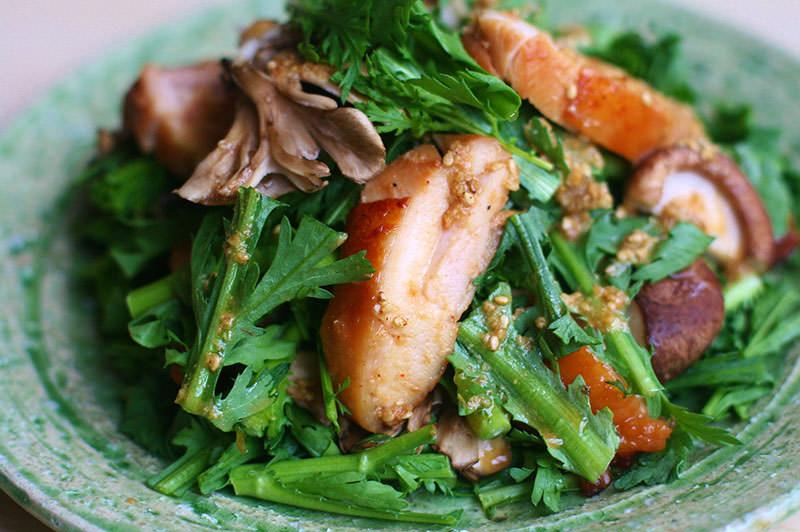 鶏の味噌コンフィ、春菊、きのこのおかずサラダ