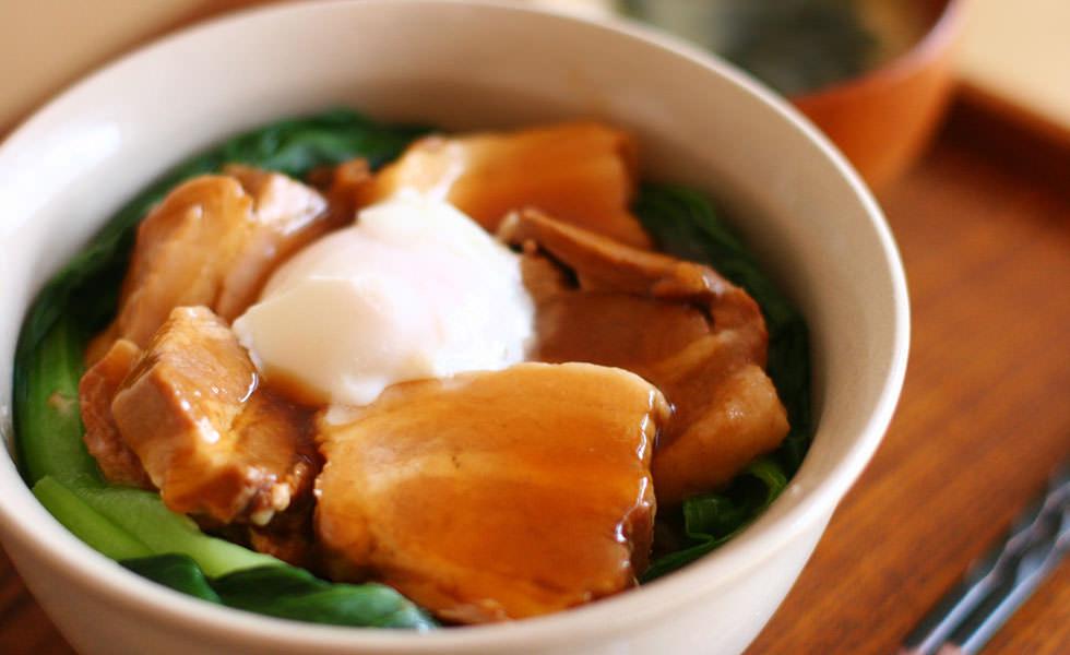 生姜香る、豚の角煮丼