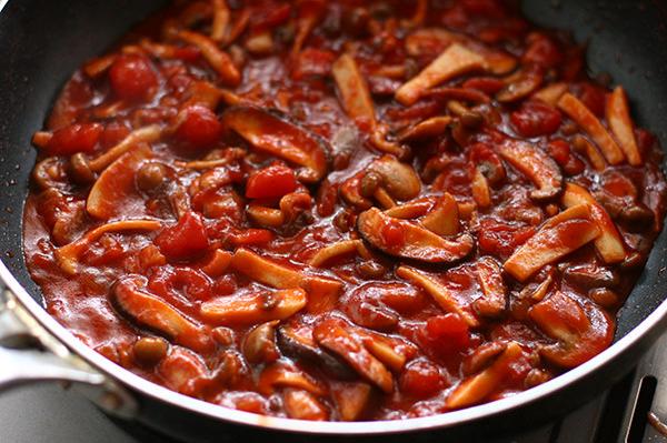 たっぷりきのこのトマトソースハンバーグ