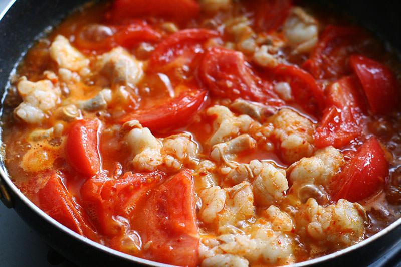 【もつ鍋アレンジ】トマトと牛もつのピリ辛とろみ煮