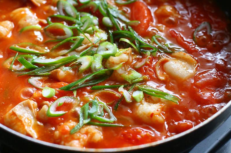 トマトと牛もつのピリ辛とろみ煮
